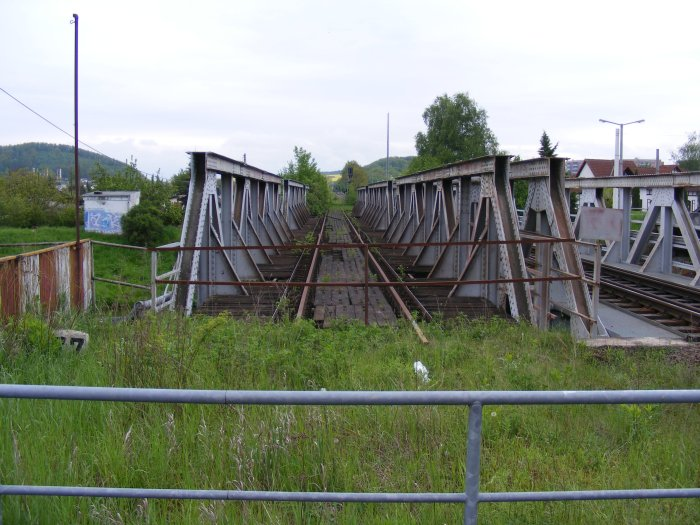Railroad bridge at the train station Gera-Zwötzen, serving the Gera-Triptis-Saalfeld line, but now also the Gera-Greiz-Plauen line. As part of the plan to two-track the line, this bridge will be reactivated.